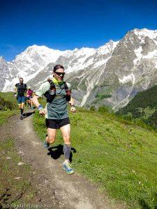 Sur le tracé de l'UTMB, on arrive au refuge Bonatti, versant sud du massif du Mont-Blanc derrière · Alpes, Massif du Mont-Blanc, Val Ferret Italien, IT · GPS 45°49'27.90'' N 6°59'25.66'' E · Altitude 1915m