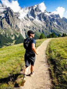 Sentier en balcon au-dessus du Val Ferret italien, sur le tracé de l'UTMB, versant sud du massif du Mon-Blanc derrière · Alpes, Massif du Mont-Blanc, Val Ferret Italien, IT · GPS 45°49'6.73'' N 6°58'48.40'' E · Altitude 1971m