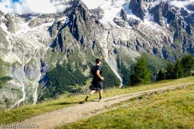 Sentier en balcon au-dessus du Val Ferret italien, sur le tracé de l'UTMB, versant sud du massif du Mon-Blanc derrière · Alpes, Massif du Mont-Blanc, Val Ferret Italien, IT · GPS 45°49'7.33'' N 6°58'48.91'' E · Altitude 1971m