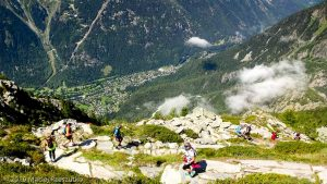 Descente à Chamonix 1200 mètres plus bas depuis le Signal Forbes · Alpes, Massif du Mont-Blanc, Vallée de Chamonix, FR · GPS 45°55'43.08'' N 6°54'46.80'' E · Altitude 2176m